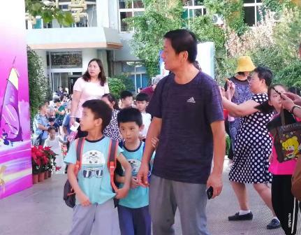 山东小学新生陆续报到 这所小学来了好几对双胞胎!