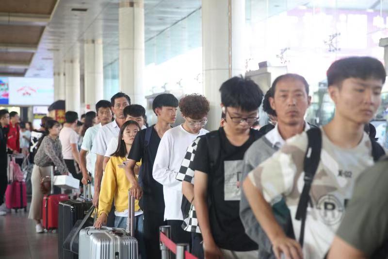 国庆假期出行热潮开启 济南长途汽车总站迎客流高峰